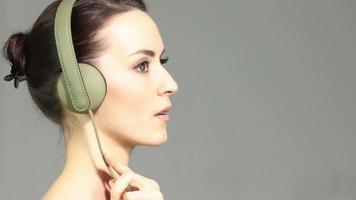 vrouw luisteren naar muziek