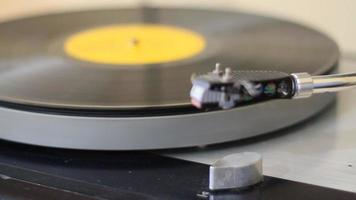 tocar música por toca-discos video