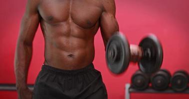 Hombre levantando pesas pesadas en el gimnasio gimnasio video