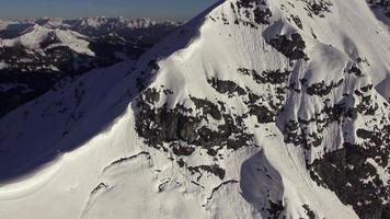 aérien beau sommet de la montagne avec de la neige