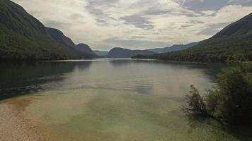 Vista aérea del hermoso lago Bohinj, Eslovenia video