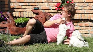 brincando com um cachorrinho maltês