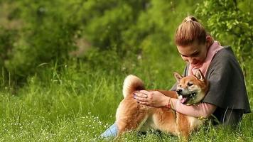 ragazza che abbraccia il cane shiba inu