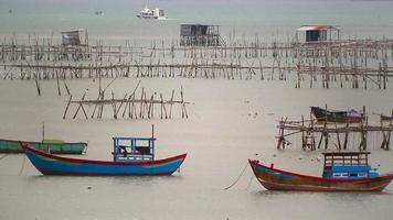 barche da pesca vicino al villaggio di pescatori