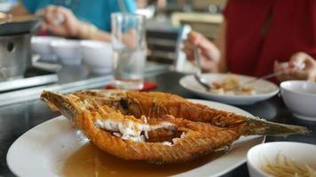 prato de peixe - peixe frito video
