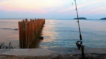 i pescatori mettono il gancio dell'esca