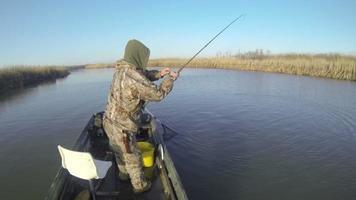 due uomini che pescano da una barca e pescano