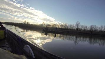 dois homens pescando de um barco