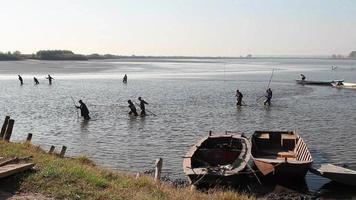 pescadores tirando de la red de pesca