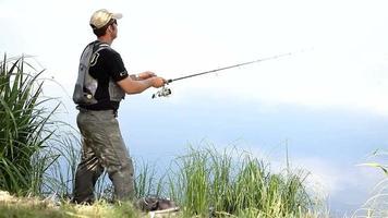 pescatore sportivo che pesca su un fiume