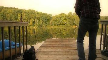 Mann fischt am Dock