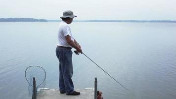 Mann, der einen Fisch fängt.