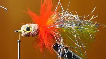 attacher la mouche pour la pêche