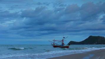 barche da pesca costiere galleggianti; in piogge tempestose Thailandia.