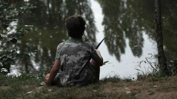 niño pescando visto desde atrás