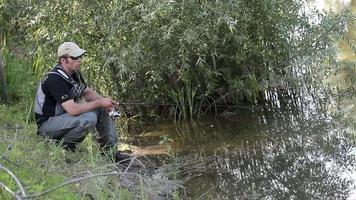 Sportfischer angeln auf einem Fluss