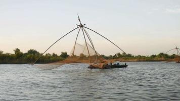 casas flutuantes com redes de pesca chinesas em um lago