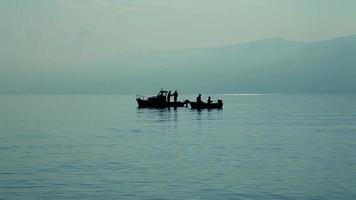 pessoas pescando no barco video