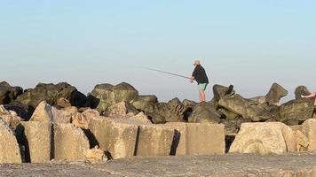 pescador presta atención a la caña