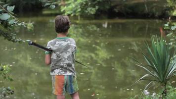 menino pescando em pé com vara