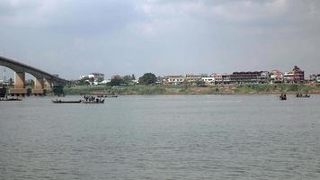 Pêcheurs en bateaux soulevant un grand filet hors de l'eau
