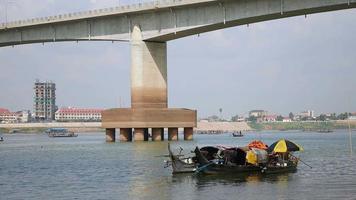 bateaux de pêche ancrés dans la rivière à côté d'un pont