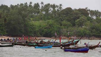 barche da pesca costiere galleggianti a phuket, thailandia.