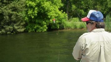 pai e filho pescando video