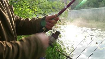pescatore tira la lenza sulla bobina