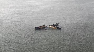 bateaux de pêche sur la rivière amarrés côte à côte pour utiliser un grand filet