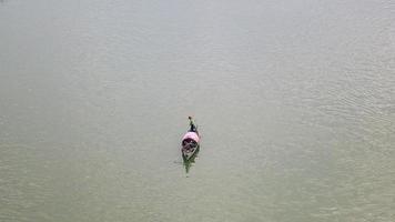 pêcheur soulevant son filet hors de l'eau