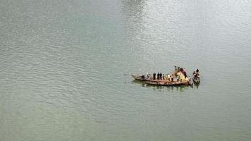 Petits bateaux de pêche sur la rivière amarrés côte à côte pour utiliser un grand filet de pêche
