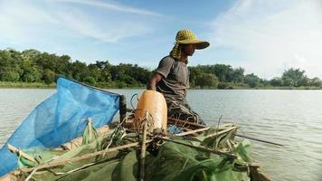 Close up di una barca a remi pescatore di gamberi per la cattura di gamberetti