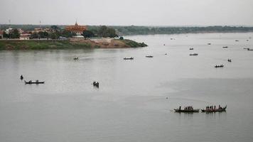 Bateaux de pêcheurs soulevant un grand filet hors de l'eau