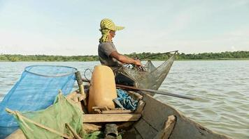 Nahaufnahme eines Garnelenfischer-Ruderboots zum Fangen von Garnelen