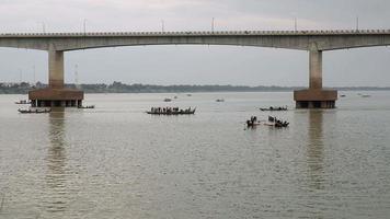 piccole barche da pesca sul fiume in tempo nuvoloso