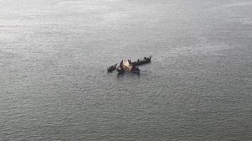 barche da pesca sul fiume ancorate fianco a fianco per utilizzare una grande rete da pesca