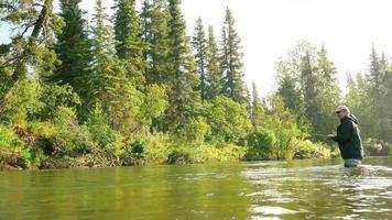 uomo annaspare in un pesce da un fiume