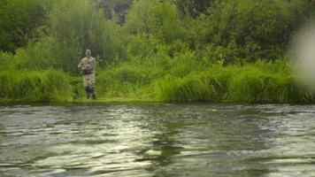 uomo pesca a mosca