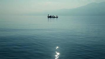 pescadores em barcos video