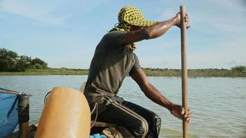 primo piano su un pescatore di gamberi che tira fuori la rete dal fiume e cattura i gamberi