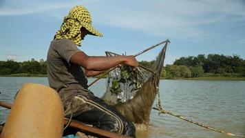 primo piano sul pescatore di gamberi che cattura gamberetti,