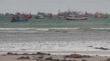 barche da pesca costiere galleggianti; in piogge tempestose a phuket, thailandia.