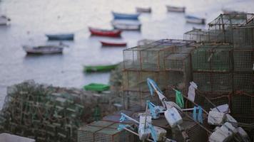 colorido barco de pesca de cascais marina, tarde, redes de pesca video