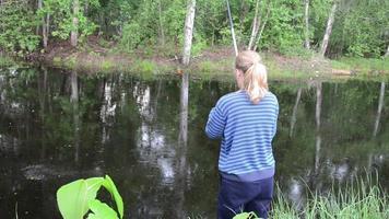 menina pescando video