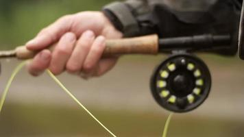 pescador com mosca gerenciando sua linha video