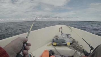 homens pescando de um barco