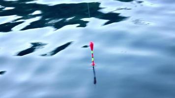 pescando bobber na água