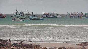 schwimmende Küstenfischerboote; bei stürmischen Regenfällen in Phuket, Thailand.