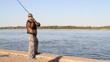 uomo che pesca su un fiume